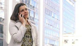 Donna di affari in città sul telefono davanti all'ufficio stock footage