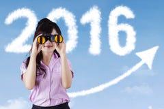 Donna di affari con binnocular ed i numeri 2016 Fotografie Stock Libere da Diritti