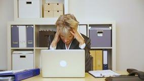 Donna di affari con burnout in ufficio archivi video