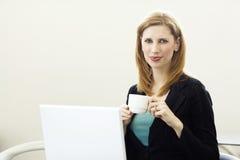 Donna di affari con caffè immagini stock