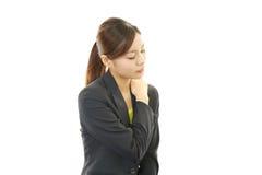 Donna di affari con dolore della spalla. immagine stock libera da diritti