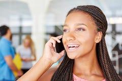 Donna di affari con gioia sopra il messaggio sopra il telefono Immagini Stock Libere da Diritti