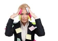 Donna di affari con gli autoadesivi colorati sul suo fronte Fotografia Stock