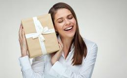 Donna di affari con gli occhi chiusi che tengono il contenitore di regalo Fotografia Stock Libera da Diritti