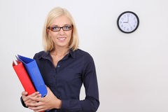 Donna di affari con i dispositivi di piegatura Fotografia Stock