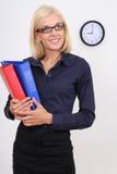 Donna di affari con i dispositivi di piegatura Immagine Stock