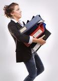 Donna di affari con i dispositivi di piegatura per i documenti Fotografia Stock