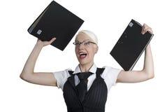 Donna di affari con i dispositivi di piegatura in sue mani. Fotografia Stock