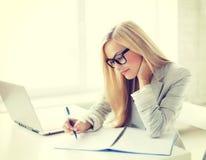 Donna di affari con i documenti Immagine Stock