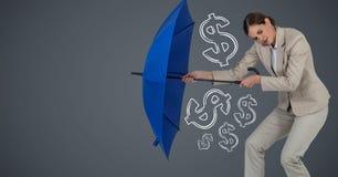 Donna di affari con i grafici dei soldi della riunione dell'ombrello contro fondo grigio Fotografia Stock Libera da Diritti