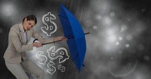 Donna di affari con i grafici dei soldi della riunione dell'ombrello contro la tempesta Immagine Stock