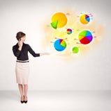 Donna di affari con i grafici variopinti ed i grafici Immagine Stock