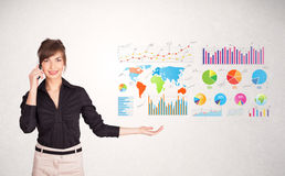 Donna di affari con i grafici variopinti ed i grafici Immagini Stock Libere da Diritti