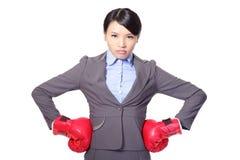 Donna di affari con i guantoni da pugile Immagini Stock