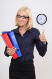 Donna di affari con i pollici dei dispositivi di piegatura in su Immagini Stock