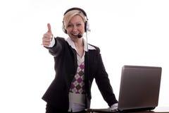 Donna di affari con i pollici del computer portatile in su Fotografia Stock Libera da Diritti