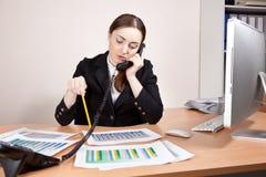 Donna di affari con i rapporti finanziari Fotografia Stock