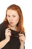 Donna di affari con i vetri che osservano alla macchina fotografica Fotografia Stock Libera da Diritti