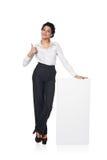 Donna di affari con il bordo bianco in bianco Immagini Stock