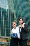 Donna di affari con il braccio danneggiato Fotografia Stock