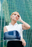 Donna di affari con il braccio danneggiato immagine stock libera da diritti