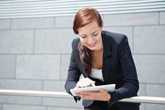 Donna di affari con il calcolatore del ridurre in pani sul modo Fotografia Stock Libera da Diritti