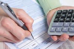 Donna di affari con il calcolatore nell'ufficio Fotografia Stock Libera da Diritti