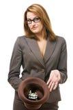Donna di affari con il cappello che elemosina i soldi Fotografia Stock