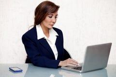 Donna di affari con il computer Fotografie Stock Libere da Diritti