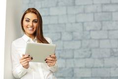 Donna di affari con il computer della compressa fotografia stock