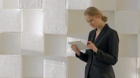 Donna di affari con il computer della compressa dell'interno archivi video