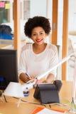 Donna di affari con il computer ed il telefono all'ufficio Immagini Stock