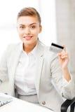 Donna di affari con il computer portatile che mostra la carta di credito Fotografia Stock