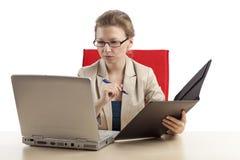 Donna di affari con il computer portatile ed il dispositivo di piegatura Fotografia Stock
