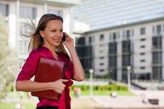 Donna di affari con il computer portatile ed il telefono mobile Fotografia Stock Libera da Diritti