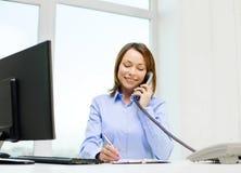 Donna di affari con il computer portatile, gli archivi ed il telefono Fotografia Stock