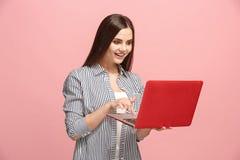 Donna di affari con il computer portatile sullo studio rosa Immagini Stock