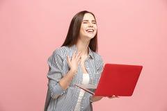 Donna di affari con il computer portatile sullo studio rosa Immagine Stock Libera da Diritti