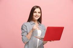 Donna di affari con il computer portatile sullo studio rosa Fotografia Stock