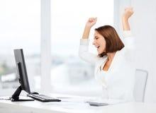 Donna di affari con il computer in ufficio Fotografie Stock