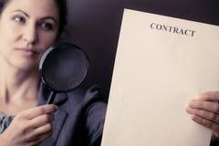 Donna di affari con il contratto e la lente di ingrandimento Immagine Stock Libera da Diritti