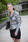 Donna di affari con il dispositivo di piegatura Fotografia Stock