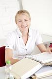 donna di affari con il dispositivo di piegatura di archivio Fotografia Stock