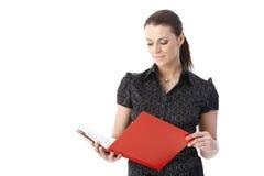 Donna di affari con il dispositivo di piegatura rosso Fotografia Stock