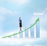 Donna di affari con il grande grafico 3d nel cielo Fotografia Stock Libera da Diritti