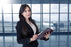 Donna di affari con il libro di indirizzo Immagini Stock