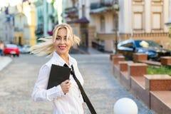 Donna di affari con il libro sulla via all'aperto Immagine Stock Libera da Diritti