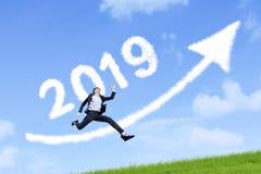 Donna di affari con il numero 2019 e la freccia immagini stock