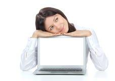 Donna di affari con il nuovo computer portatile popolare moderno Immagini Stock