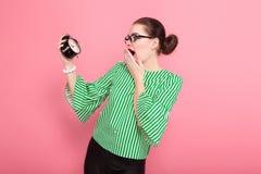 Donna di affari con il panino e gli orologi dei capelli fotografia stock